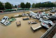 Diluvio milenario en China; Agua se traga a  autos y personas