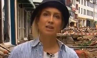 ¡Descaro total!; Reportera Alemana se unta lodo y finge ayudar en inundaciones