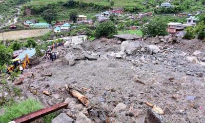 VIDEO: Rocas gigantes destruyen puente peatonal en India
