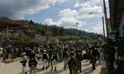 Autodefensas queman y saquean casas; Guardia Nacional solo observa