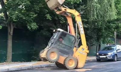 Solo en Rusia: ¡Se viraliza maquina excavadora haciendo piruetas!