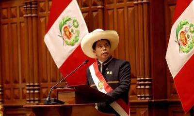 El polémico Pedro Castillo asume presidencia de Perú