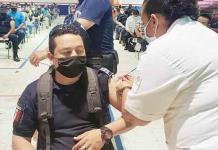 Vacunan a policías