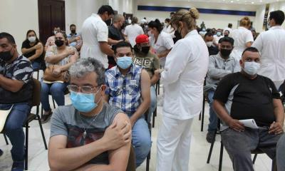 Vacunan a trabajadores de 30-39 de AHMSA