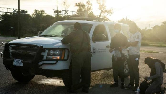 Gobierno de EU demanda a Texas por detención de migrantes