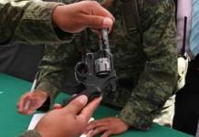 También reciben réplicas en canje de armas