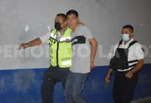 Intenta jovencito golpear a Policías