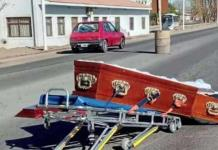 Ataúd cae de carroza fúnebre; cadáver termina en medio de la carretera