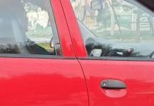 Captan a mujer viendo serie y usando audífonos mientras conduce (FOTO)