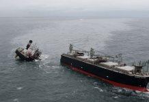 Barco carguero se parte a la mitad en Japón