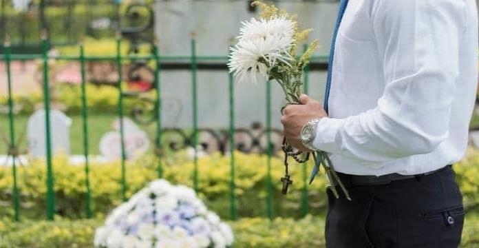 Tinder: Pide a cita vestir de negro; la lleva al funeral de su abuela