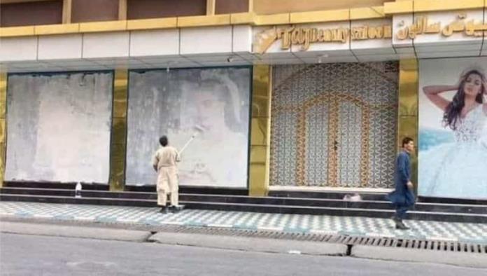 Empieza la opresión; Talibanes cubren publicidad con mujeres