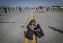 Refugiados afganos caen de un avión intentando huir