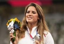 Atleta olímpica María Andrejczyk vende su medalla para ayudar a un bebé enfermo