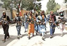 Con fusil en mano, talibanes ponen a civiles a trabajar