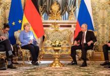 Vladimir Putin recibe con flores a Angela Merkel por su gira de despedida