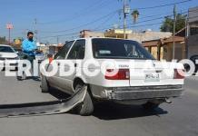 Invade carril y choca auto