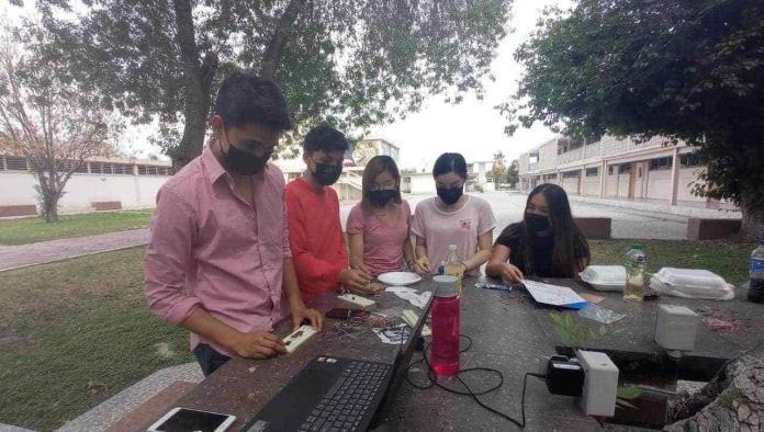 Emigran jóvenes en busca de otra carrera