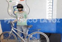 Roba pantalla y una bicicleta