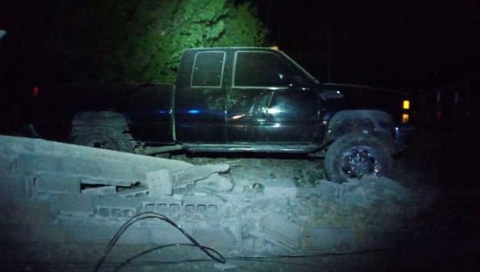 Despistado al volante se impacta con  barda y camioneta
