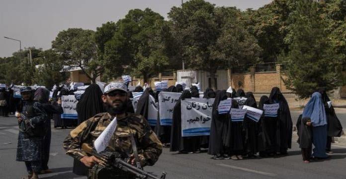 Afganistán: Mujeres con burkas marchan en apoyo a talibanes