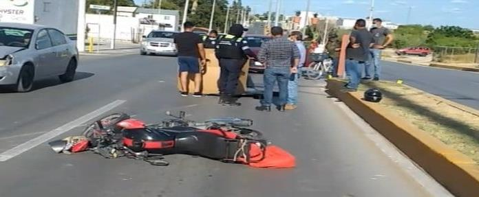 TAXI LE CIERRA EL PASO A MOTOCICLISTA