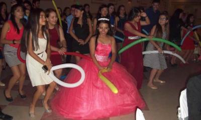 Esmeralda Rivas festeja en grande sus XV