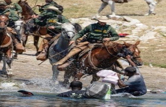 Investiga EU casos de agentes a caballo arreando migrantes en Texas