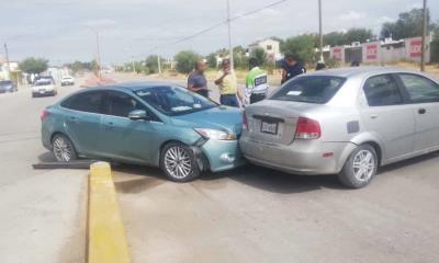 Despistada conductora causa choque al atravesarse