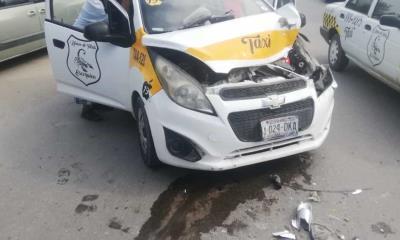 Impacta su taxi  con camioneta se creía rápido y furioso
