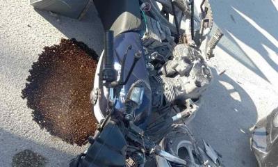 Despistado motociclista choca al atravesarse