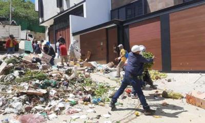 Trabajadores de limpia tiran basura afuera de casa del alcalde en Oaxaca