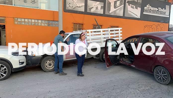 ´Rebota´ auto en camionetas
