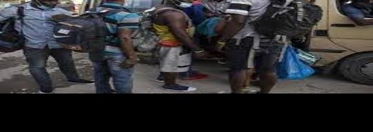 Se ´topan´ haitianos con muro lingüístico.