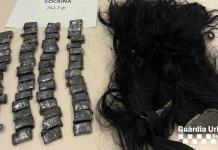 Tenia escondidas 58 bolsas con cocaína.. ¡En su peluca!
