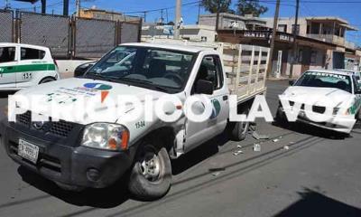 Choca con taxi; lesiona pasajero