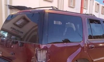 Los impacta  auto fantasma y los deja a su suerte