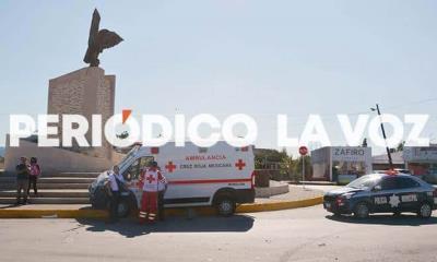Estrena automóvil; choca ambulancia