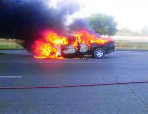 Arde camioneta en plena carretera