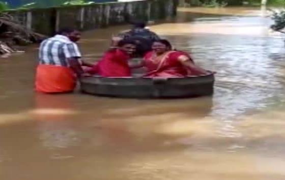 Novios llegan a su boda flotando en olla en medio de inundación