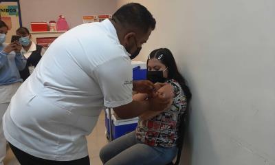 Sin registro previo abarrotan vacunación  adolescentes
