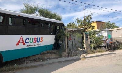 Despistado conductor se impacta  con Acubus