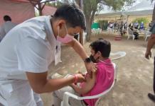 Aplican vacuna a adolescentes