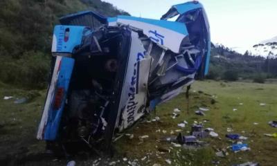 Autobús cae al abismo; Deja nueve muertos en Ecuador