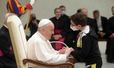 Travesura en el Vaticano: Niño se hace del gorro del Papa