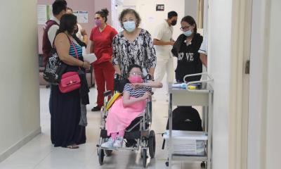 Le niegan vacuna a joven con hidrocefalia